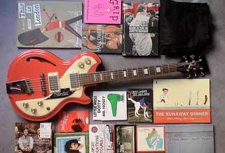 discos, libros, guitarra eléctrica