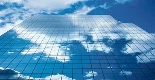 computación en la nube: reflejo de nubes en edificio de cristal