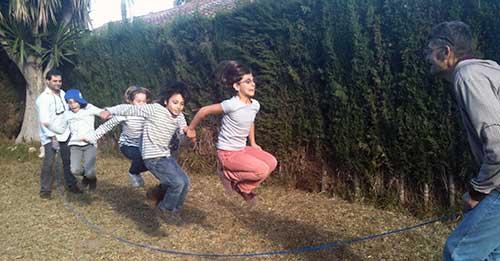 seo vivo: niños saltando